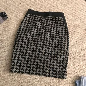 Express Houndstooth pencil skirt w/ leather detail